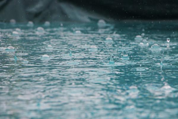 くせ毛,梅雨,湿気,対策,スプレー,縮毛矯正,髪,水分補給,水分,トリートメント,オイル,髪の毛,キューティクル